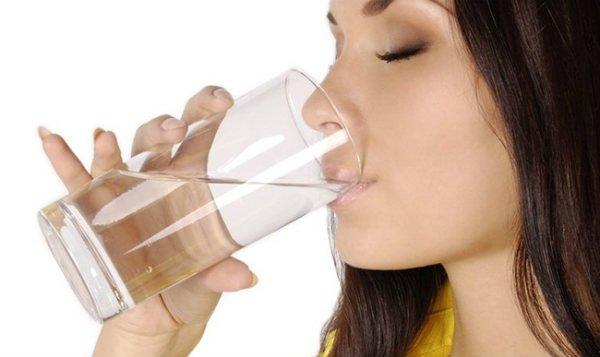 por qué es malo tomar demasiada agua